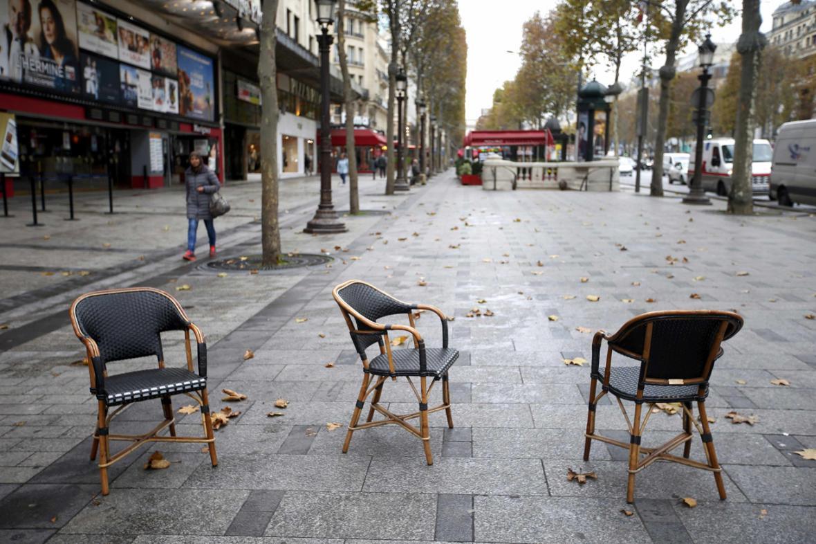 Prázdné židle u kavárny na  Champs-Elysees