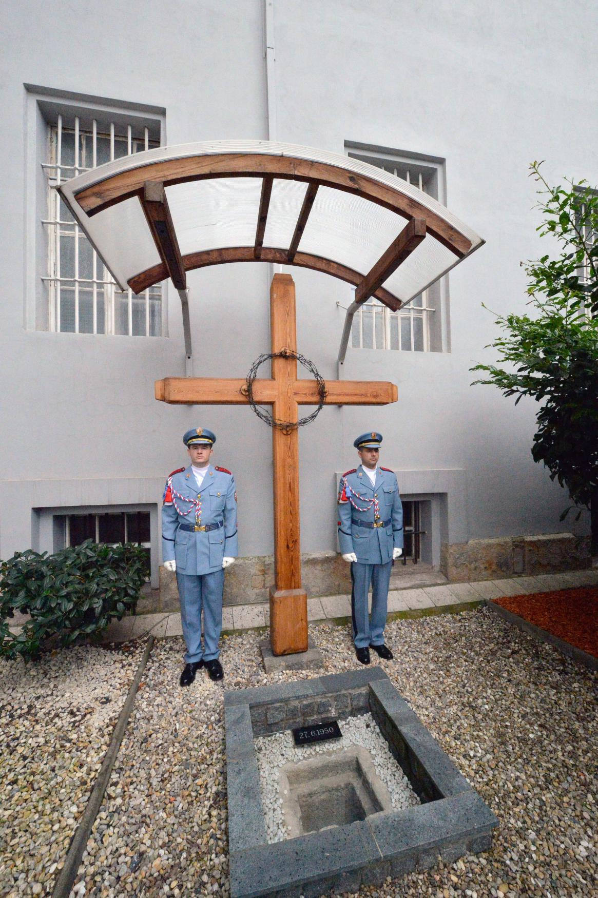 Kříž na dvoře pankrácké věznice, kde byla popravena Milada Horáková - 27. 6. 2015