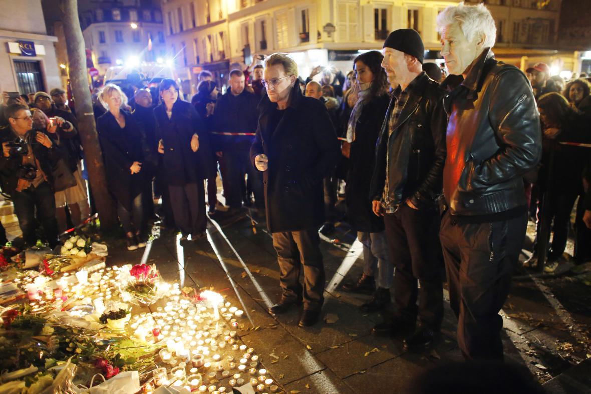 U2 při uctění památky obětí u pařížského klubu Bataclan
