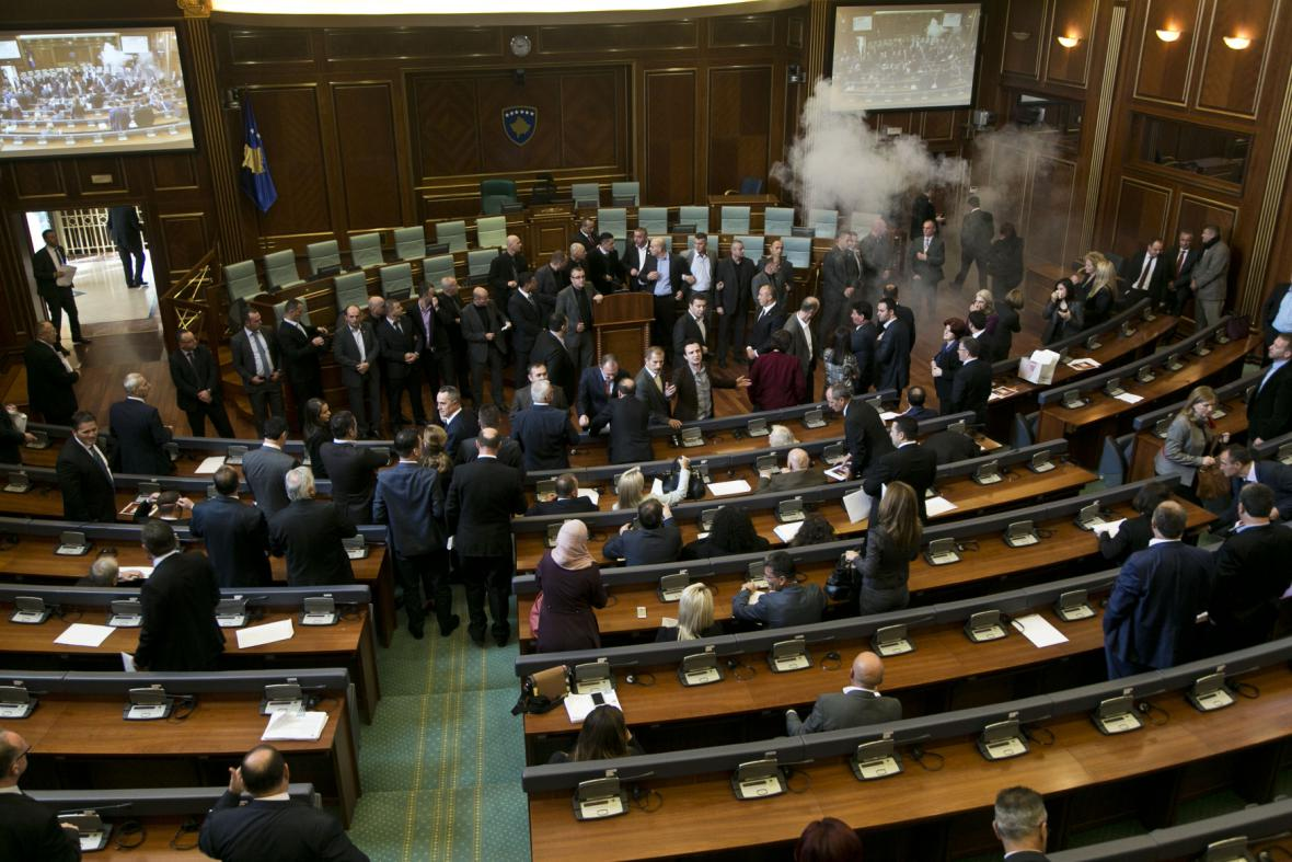 Slzný plyn v kosovském parlamentu