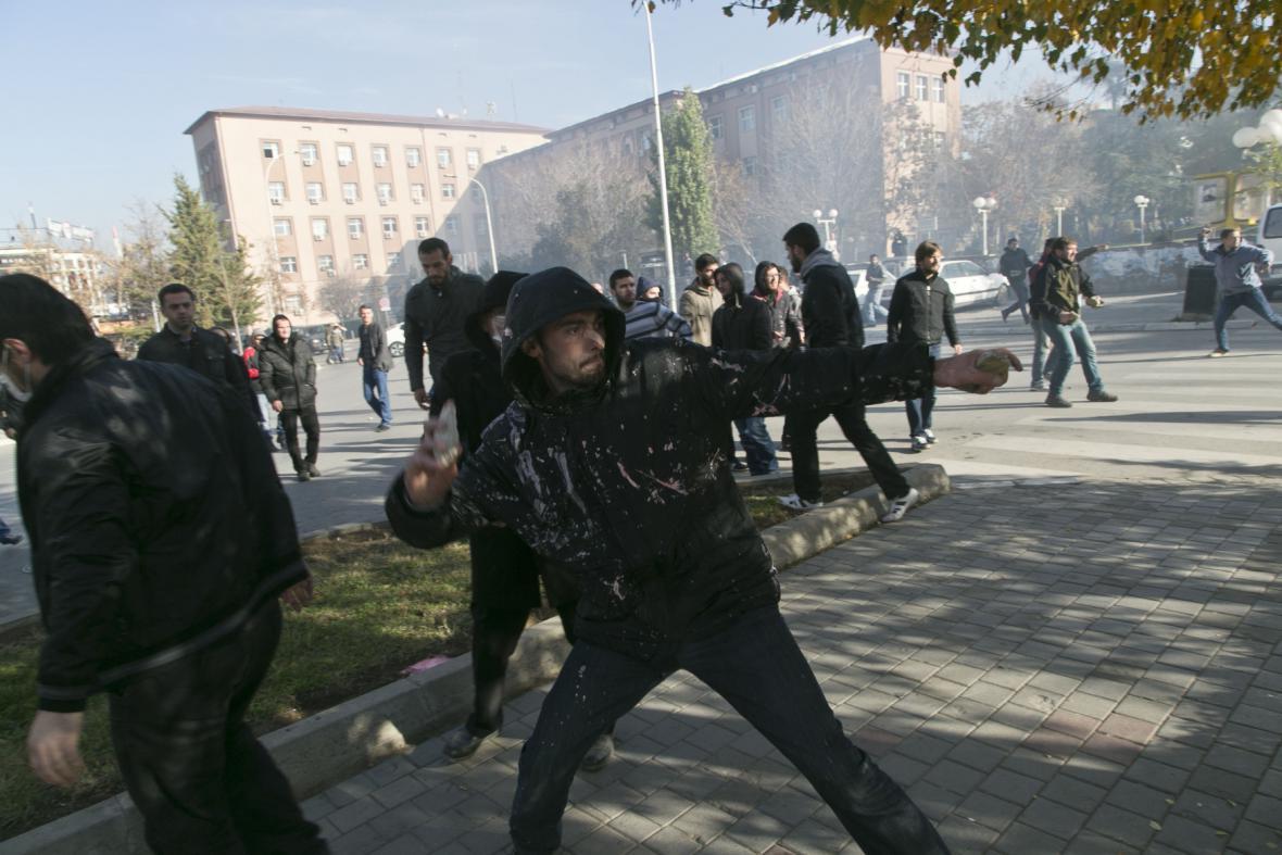 Potyčky před kosovským parlamentem