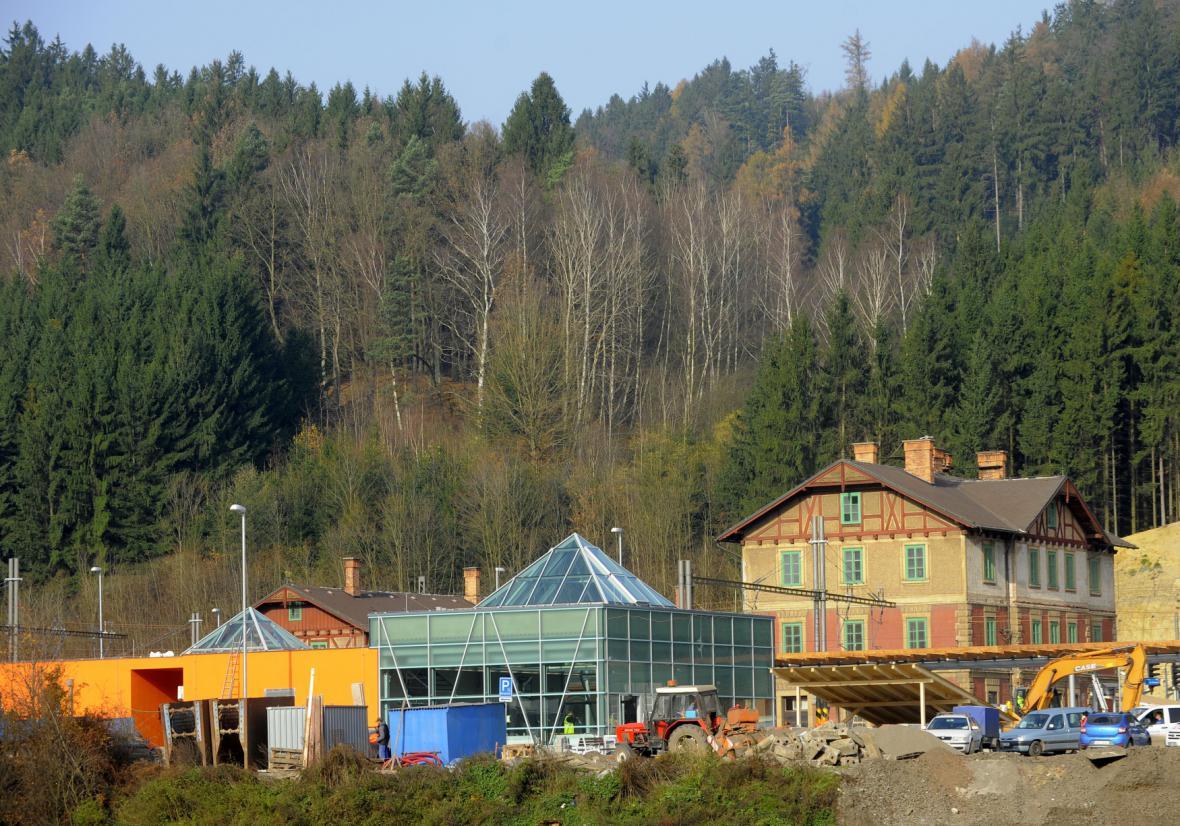 Nová a stará nádražní budova v Ústí nad Orlicí