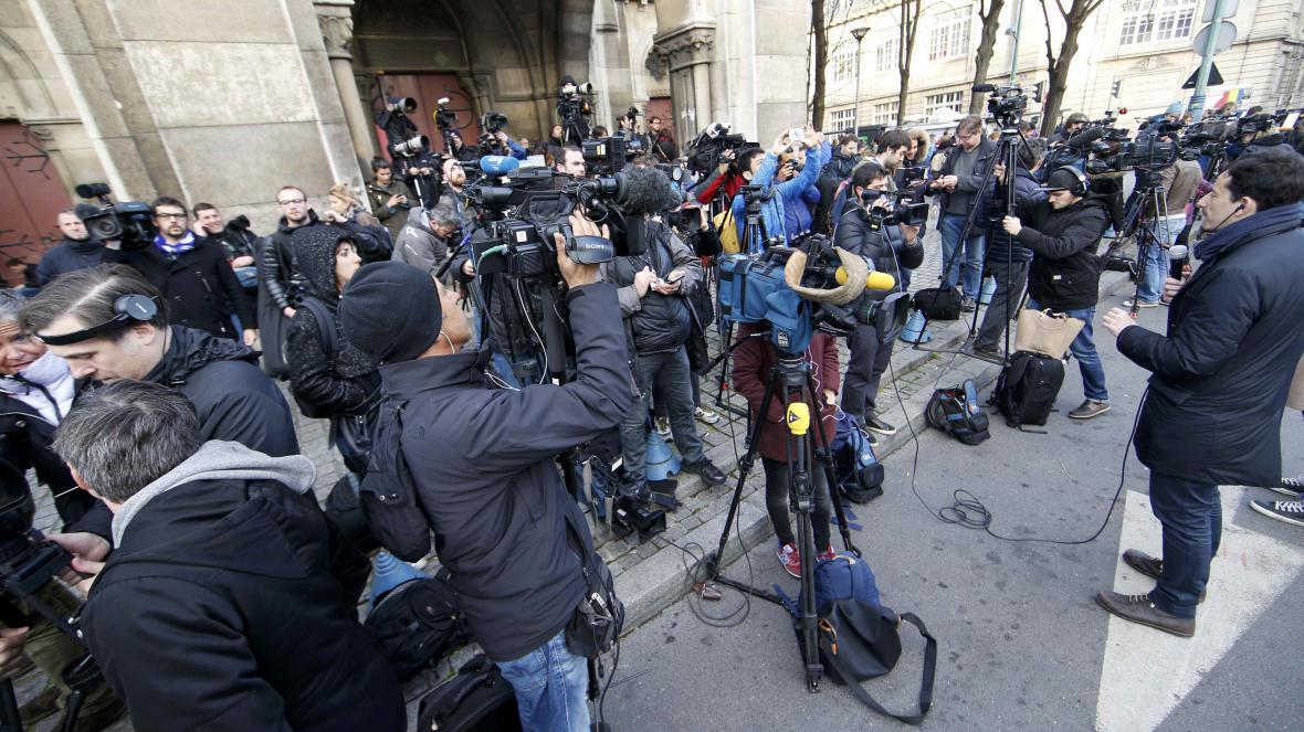 Policejní razii sledují novináři z celého světa