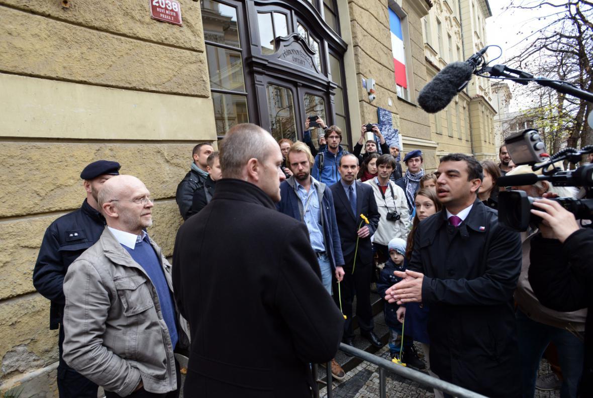 Kvůli akci Bloku proti islámu a prezidenta ochranka odmítla pustit studenty ke studentské pamětní desce.
