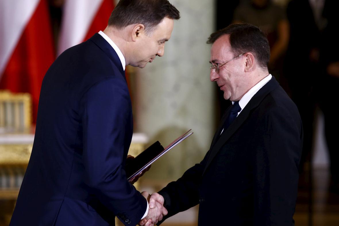 Andrzej Duda předává Kamińskému jmenovací dekret do nové polské vlády