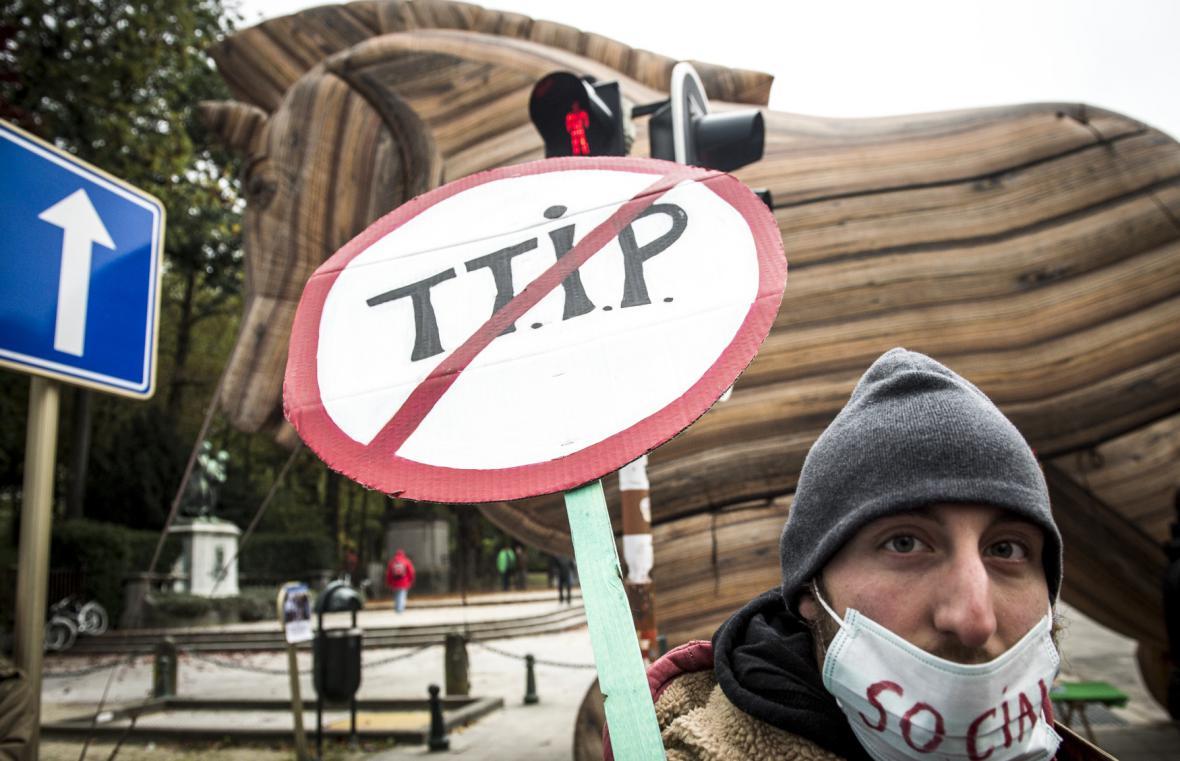 Jeden z protestů proti TTIP, který se uskutečnil v říjnu 2015 v Bruselu