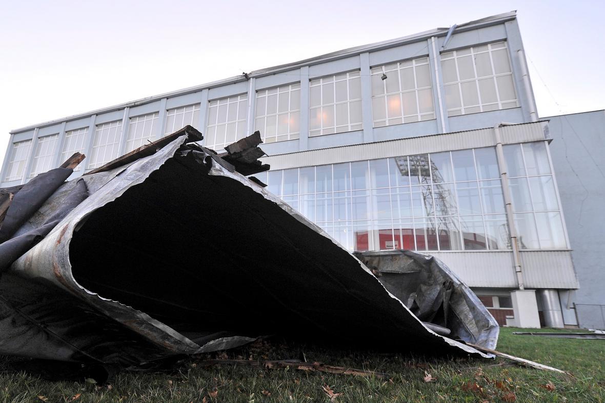V Jihlavě strhl vítr polovinu plechové střechy z plaveckého bazénu.
