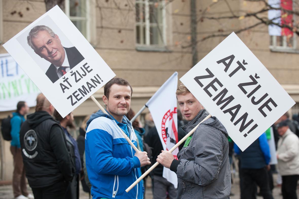 Příznivci prezidenta Miloše Zemana na shromáždění Bloku proti islámu 17. listopadu v Praze na Albertově