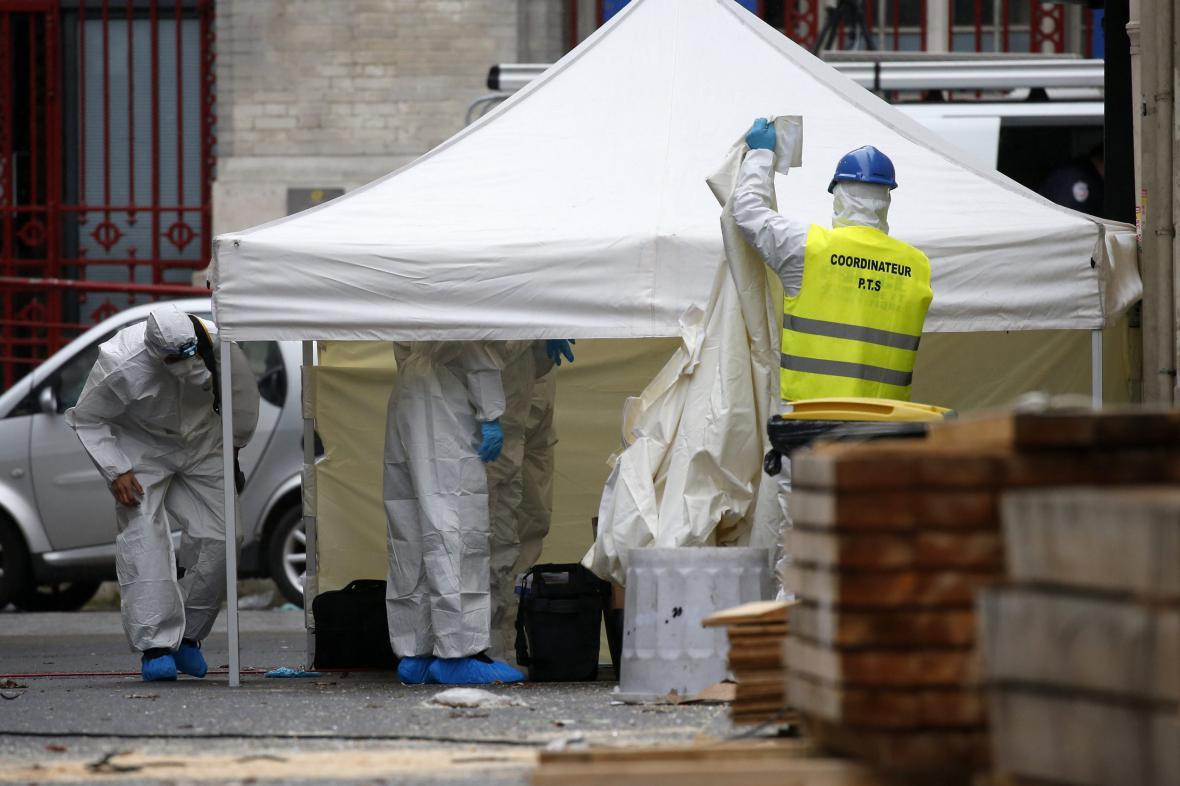 Forenzní experti na místě policejní razie v Saint-Denis