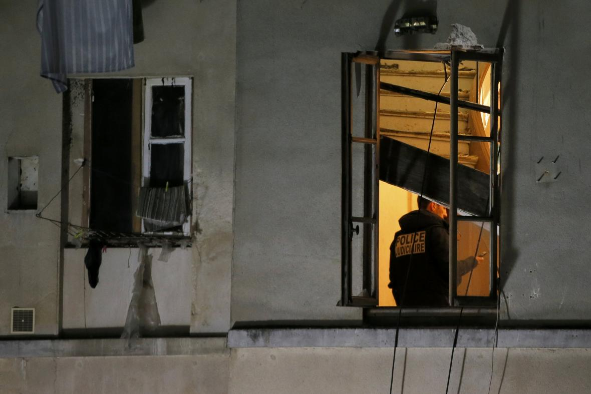 Dům, ve kterém džihádisté pobývali, byl během razie silně poškozen