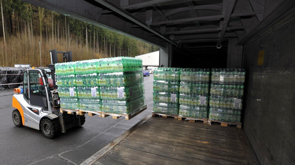 Nakládání zásilky láhví Mattoni firmy Karlovarské minerální vody