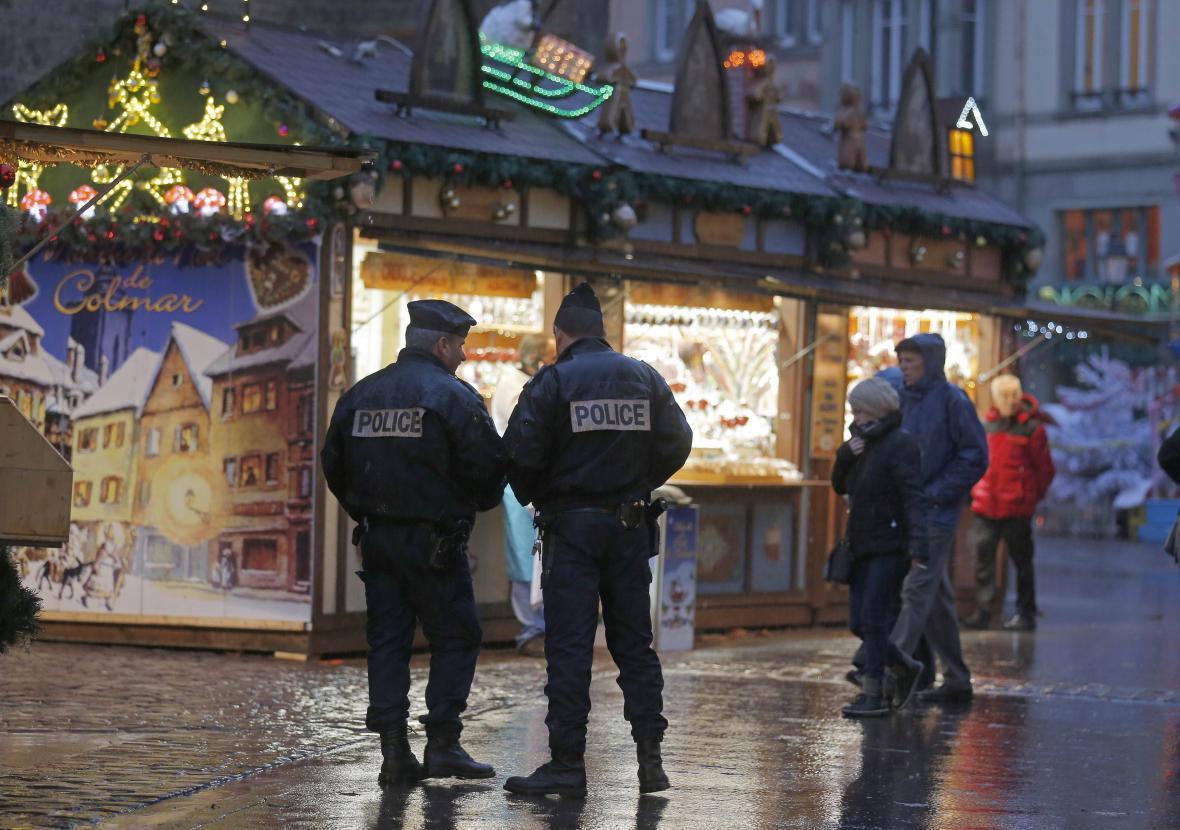 Francouzská policie hlídkuje na vánočních trzích