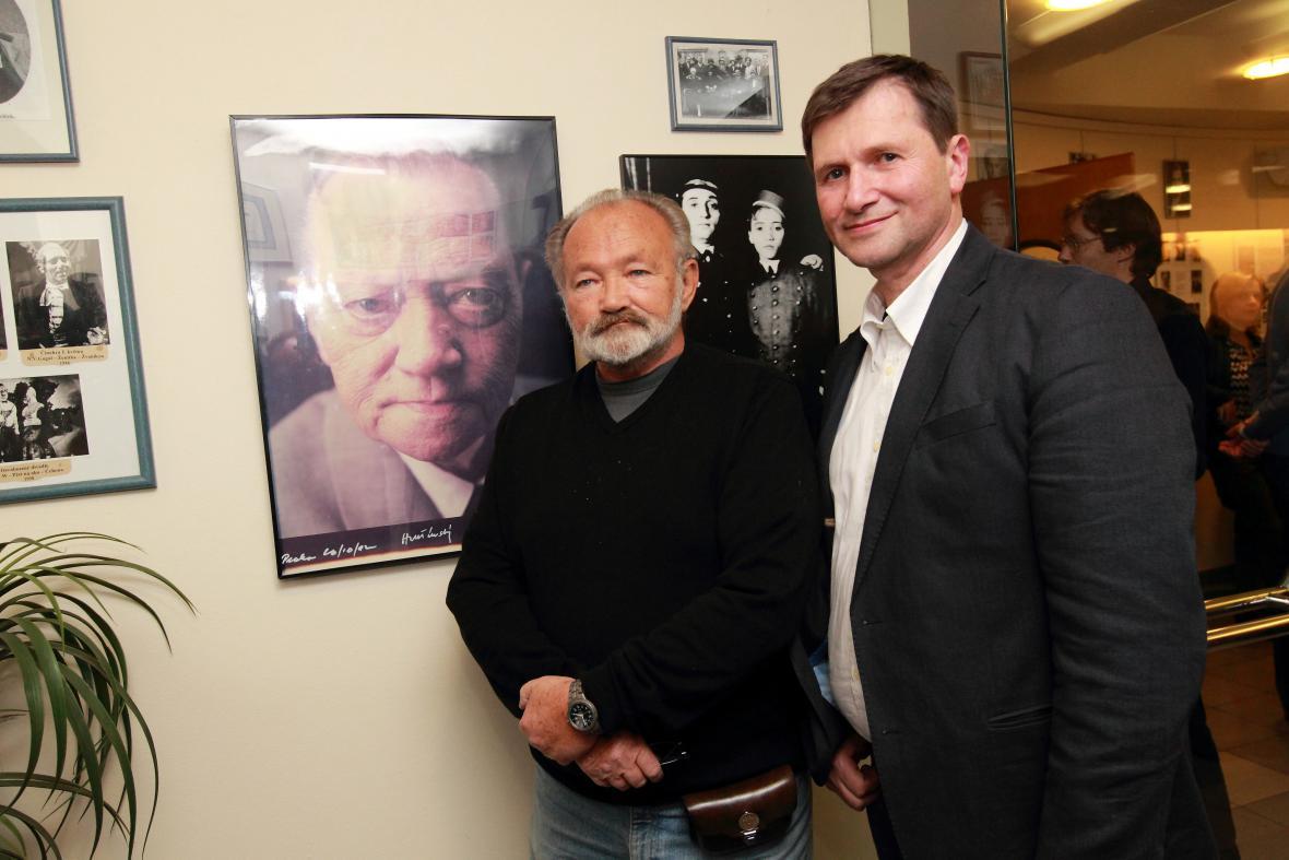 Jan Hrušínský a Rudolf Hrušínský ml. před portrétem svého otce v Divadle Na Jezerce
