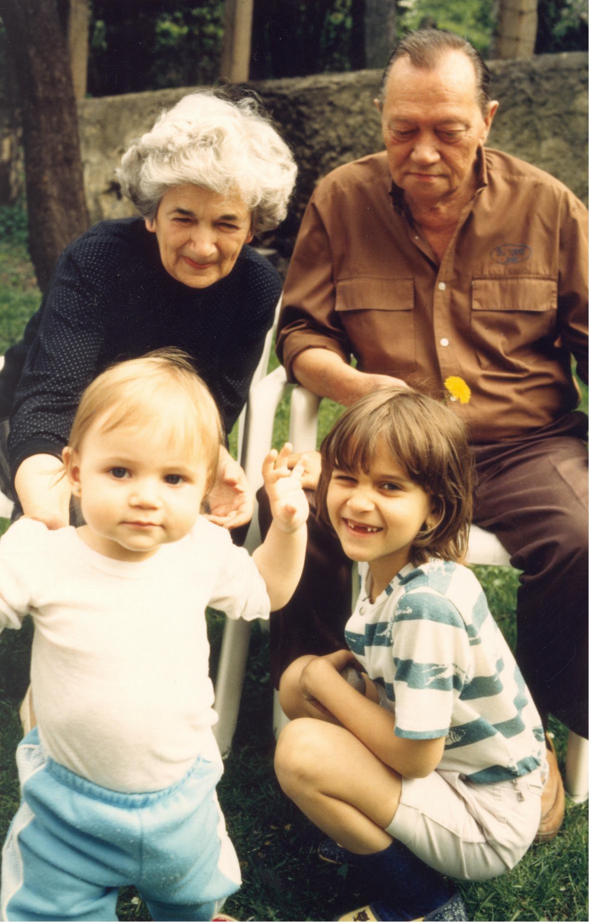 Rudolf Hrušínský s manželkou a vnučkami Barborou a Kristýnou (1992)