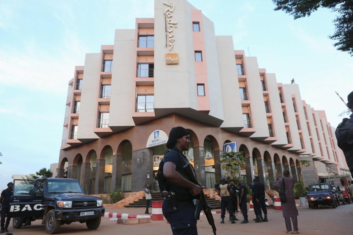 Hlídka před malijským hotelem Radisson