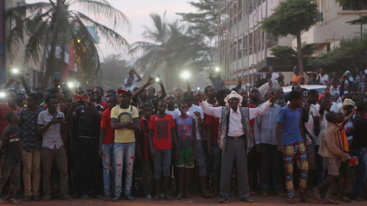 Místní lidé z Bamaka povzbuzují vojáky zasahující proti džihádistům v hotelu Radisson Blu