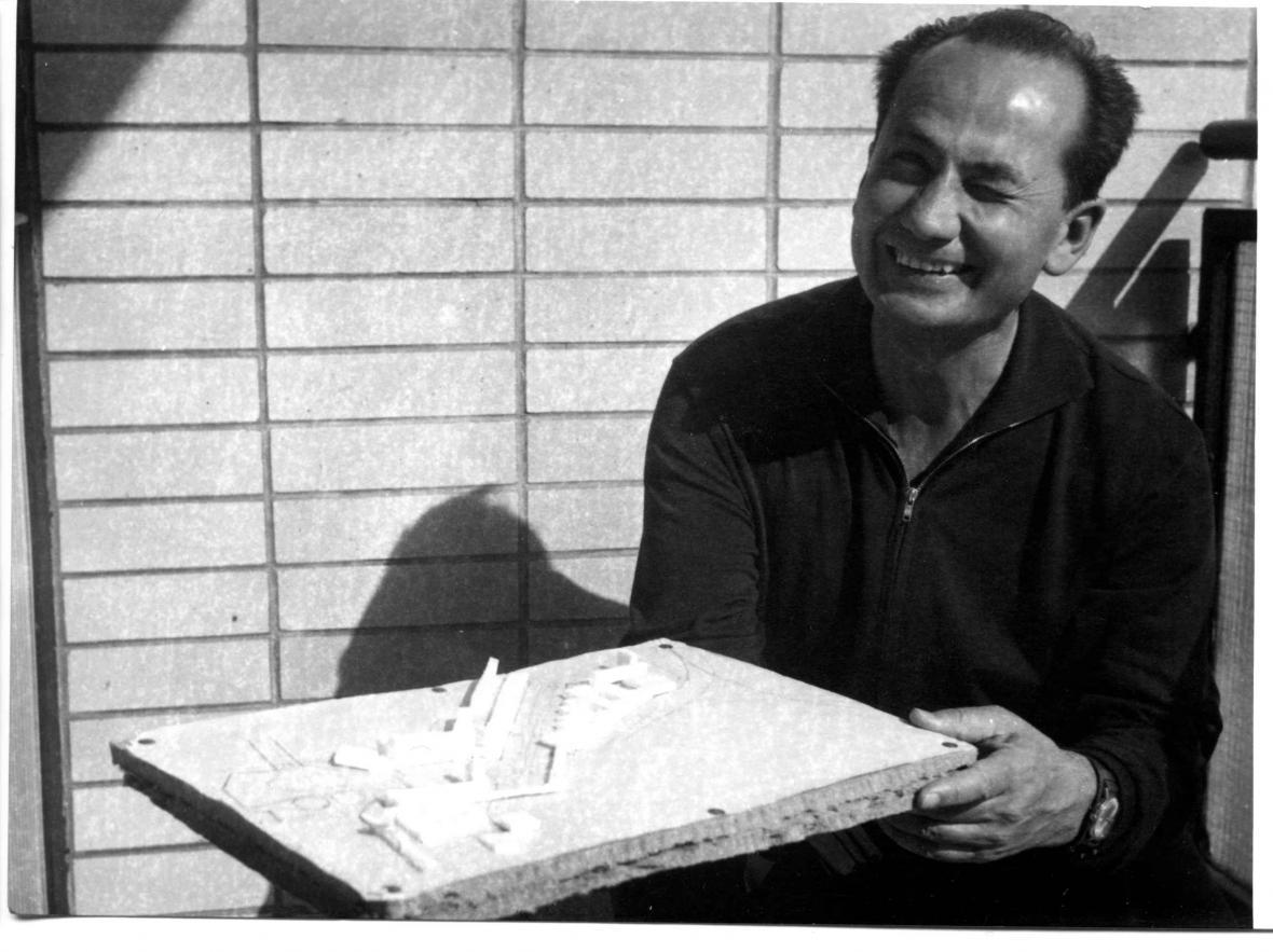 Vladimír Dedeček s modelem víceúčelového výstavního zařízení v Bratislavě (1974)