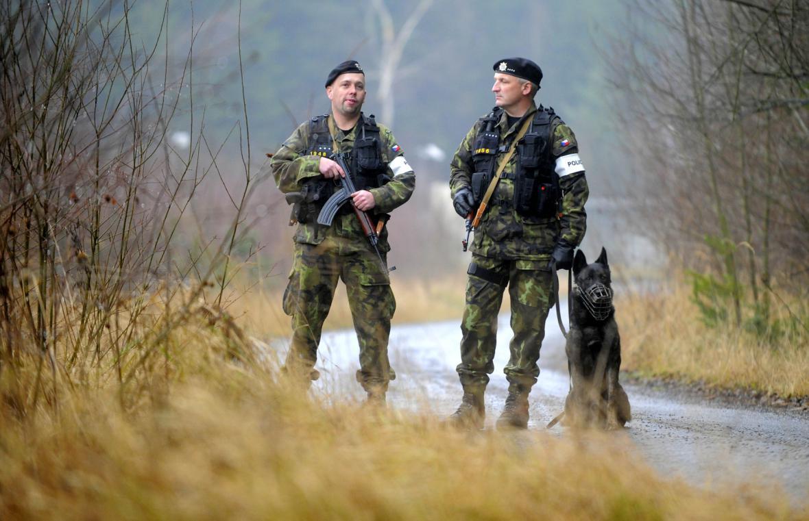 Příslušníci Vojenské policie hlídají muniční sklad v Květné - prosinec 2014