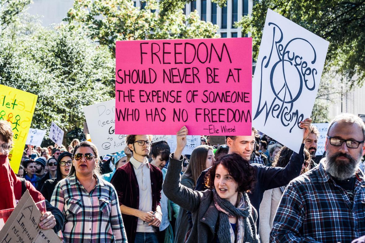 Obyvatelé Texasu protestují proti odmítání přijímat syrské uprchlíky