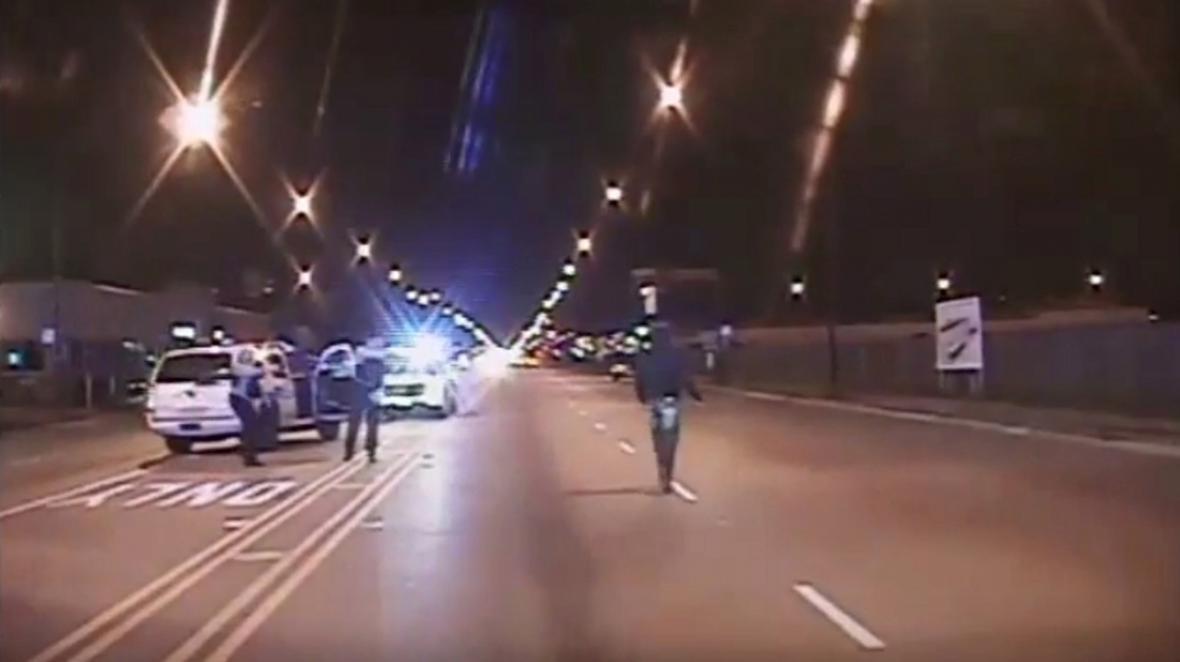 Záběr z videozáznamu ukazuje pozici policie a černošského mladíka