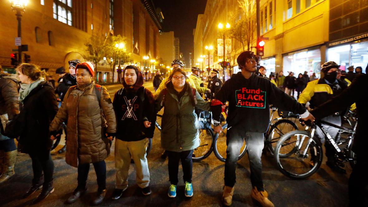 Protest v ulicích Chicaga kvůli zastřelení černošského mladíka policistou