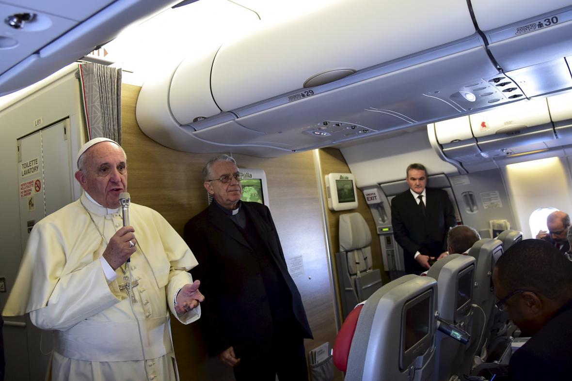 Papež František na palubě letadla na cestě do Nairobi