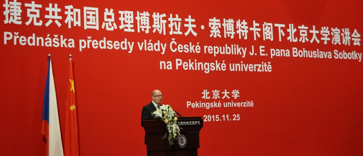 Premiér Bohuslav Sobotka na Pekingské univerzitě.