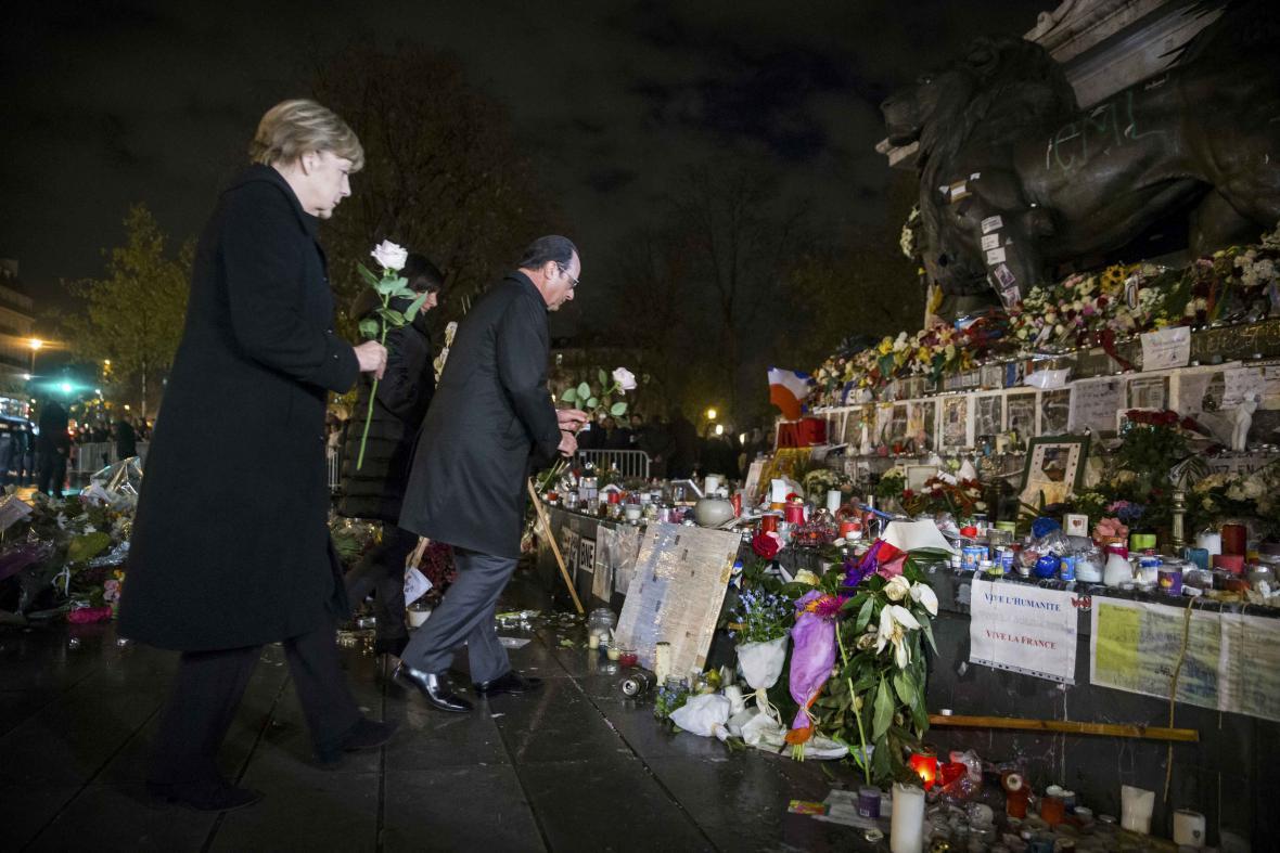 Hollande a Merkelová uctili památku obětí útoků v Paříži