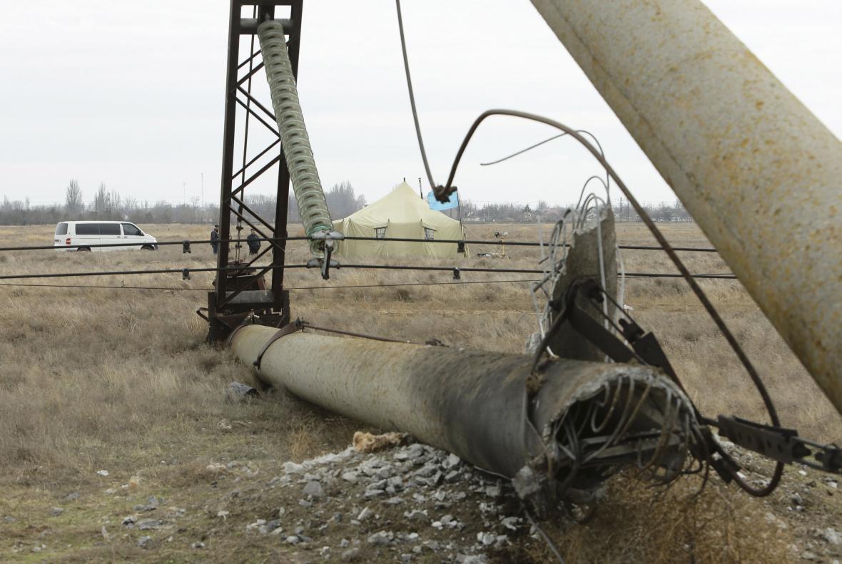 Poškozený stožár elektrického vedení v Chersonské oblasti