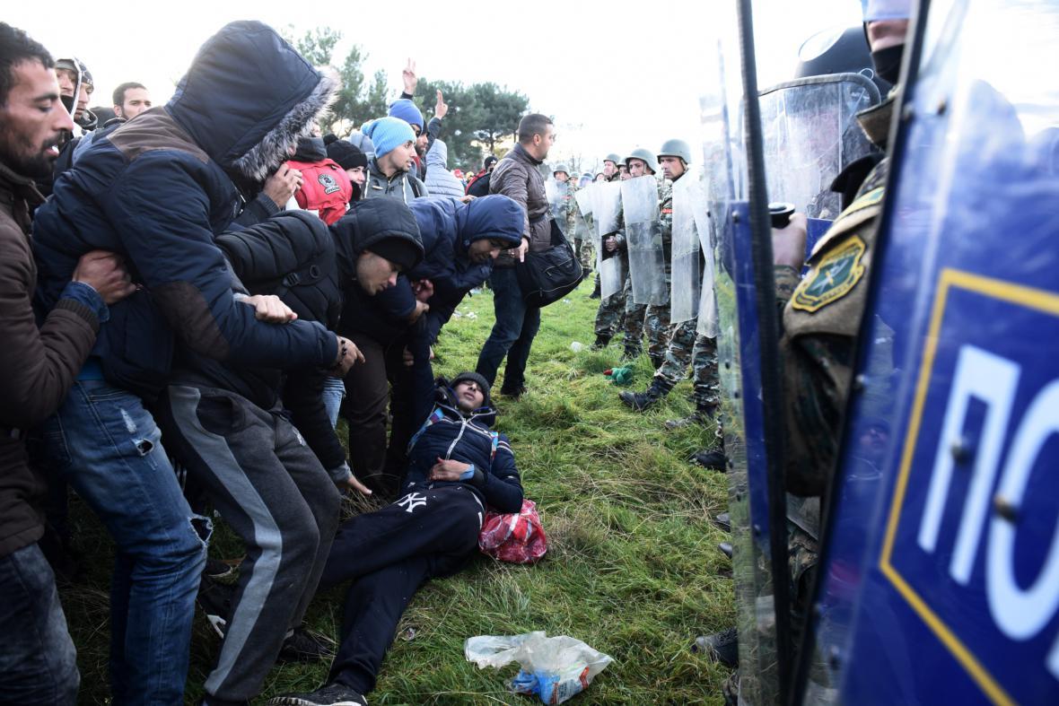 Policie brání vstupu migrantů na území Makedonie