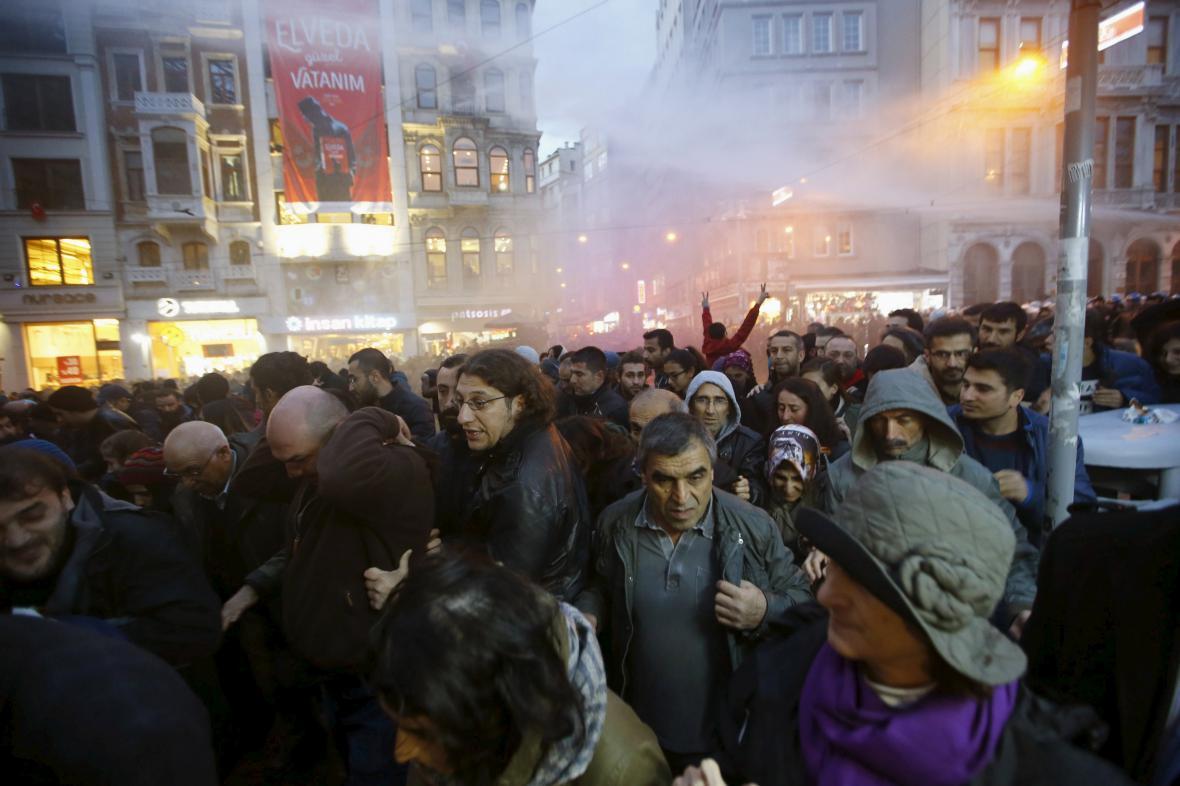 Demonstranty v Ankaře rozháněla policie vodními děly