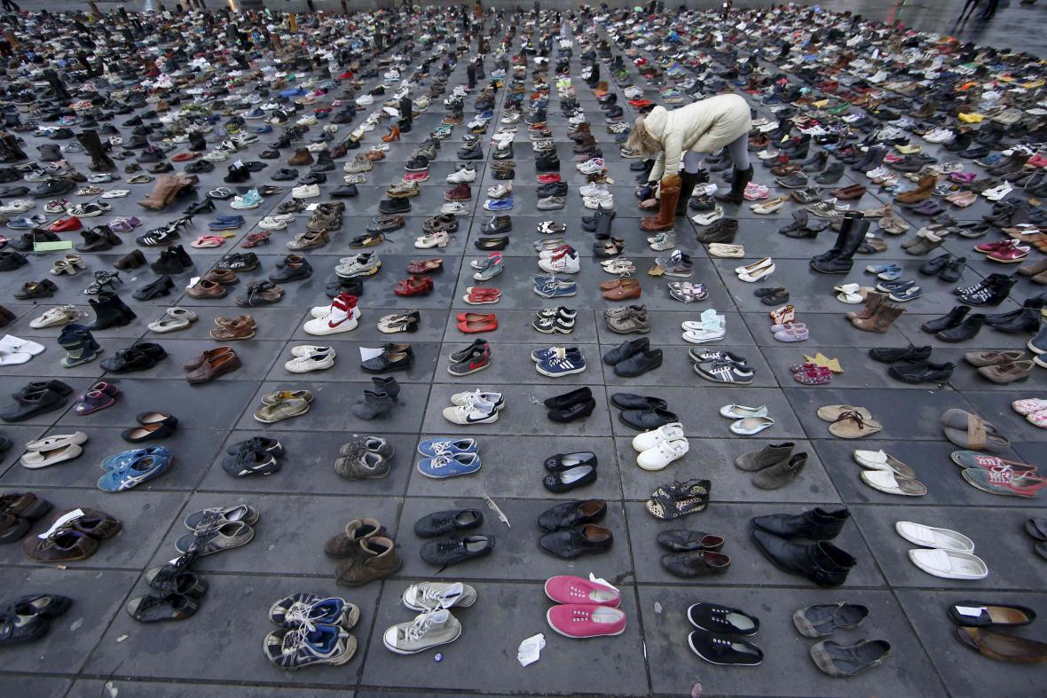 Tisícovky bot na Place de la République v Paříži na protest proti zákazu manifestace