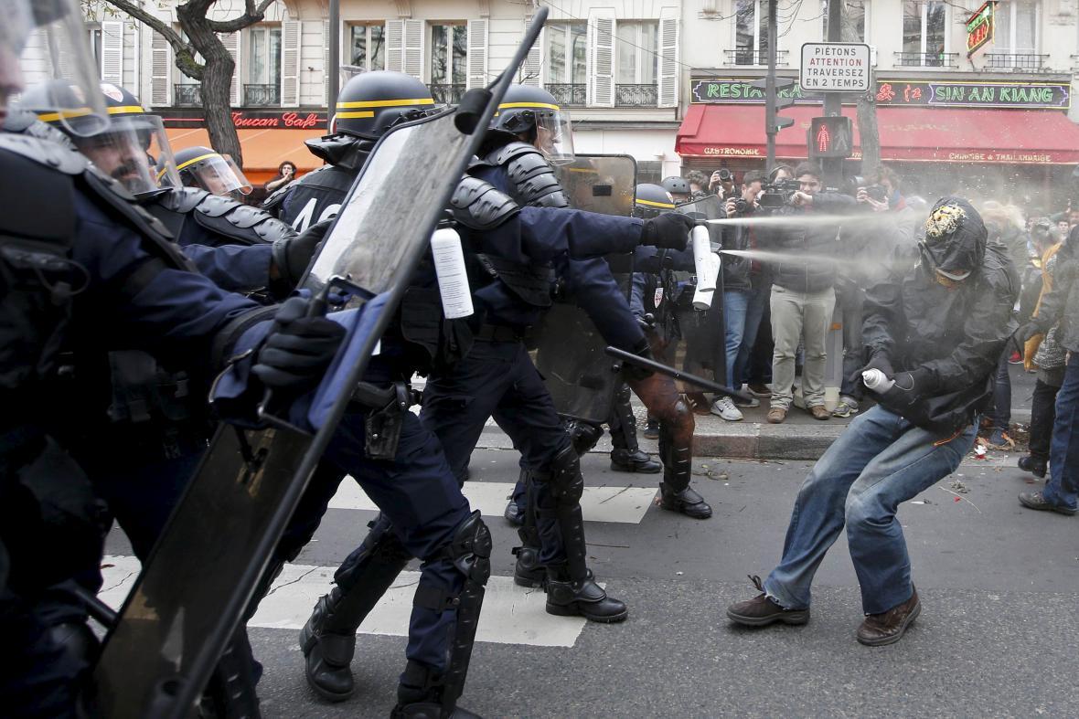 Zásah proti demonstrantům v Paříži, kteří začali na policii házet lahve