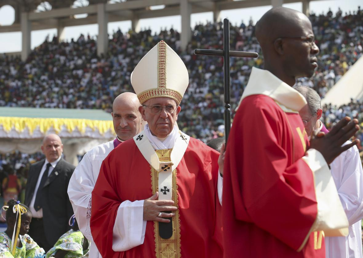 František sloužil mši na stadionu v Bangui