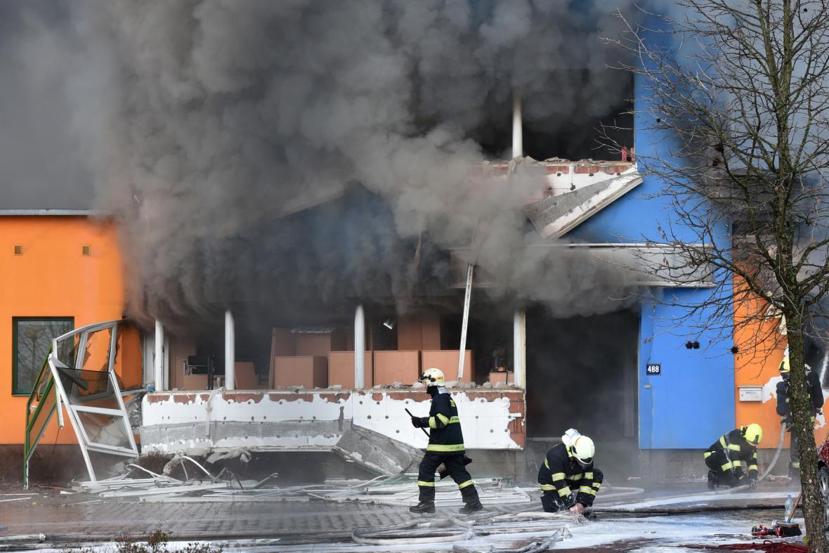 Hasiči zasahují v průmyslovém areálu v Turnově-Vesecku