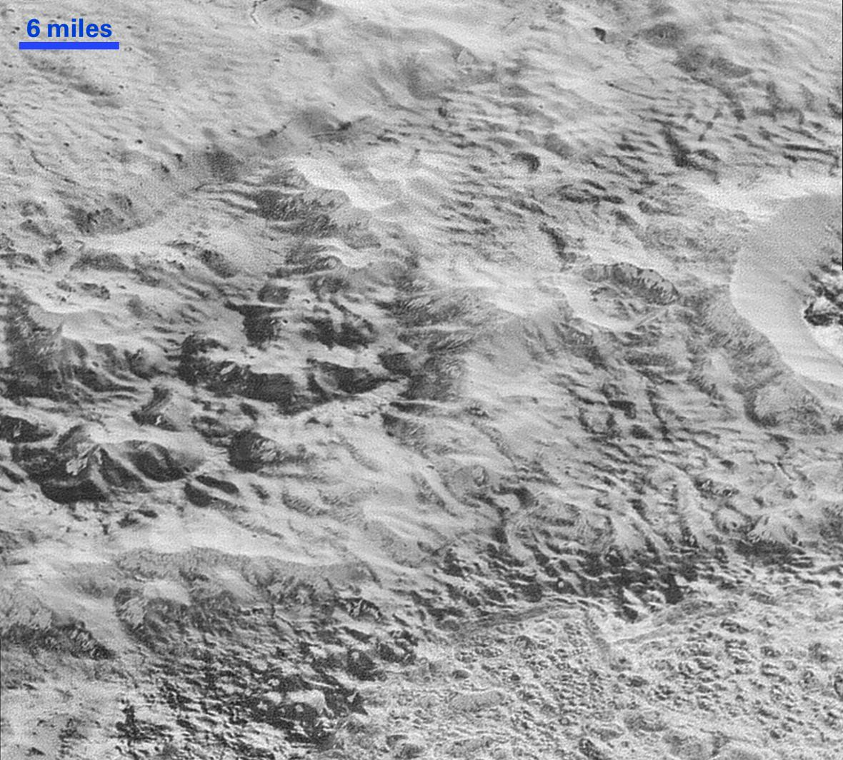 Pohled na povrch Pluta zachycený sondou New Horizons