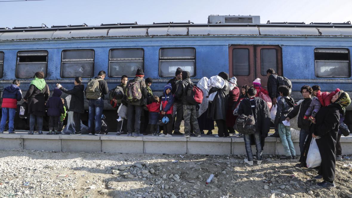 Vlak s uprchlíky mířící z Makedonie do Srbska