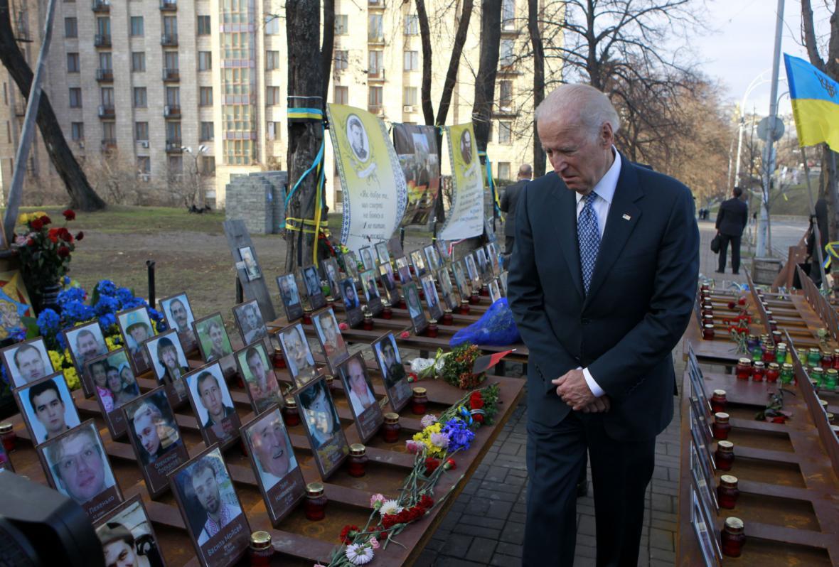 Joe Biden u památníku obětí ukrajinské krize
