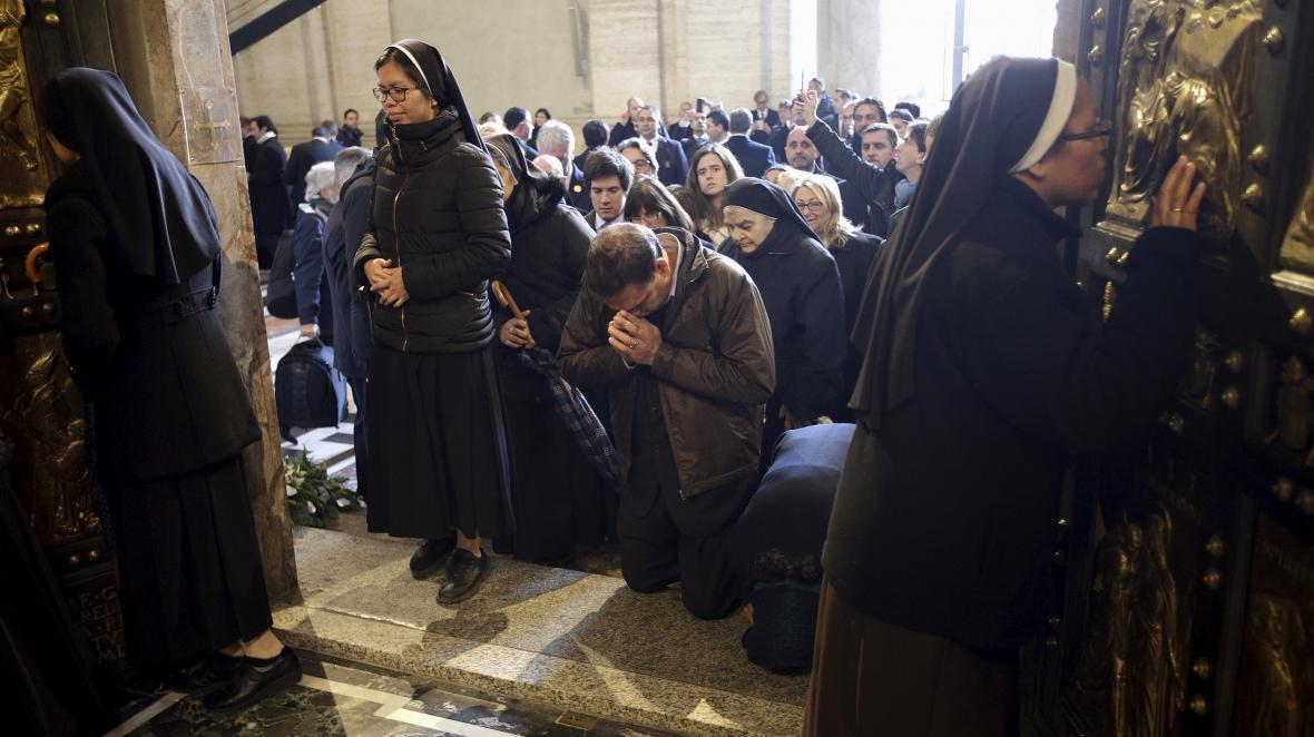 Lidé u Svaté brány ve Vatikánu