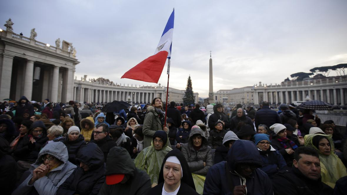 Lidé na svatopetrském náměstí