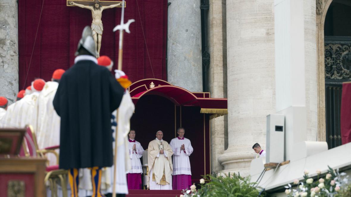 Papež František při mši na Svatopetrském náměstí