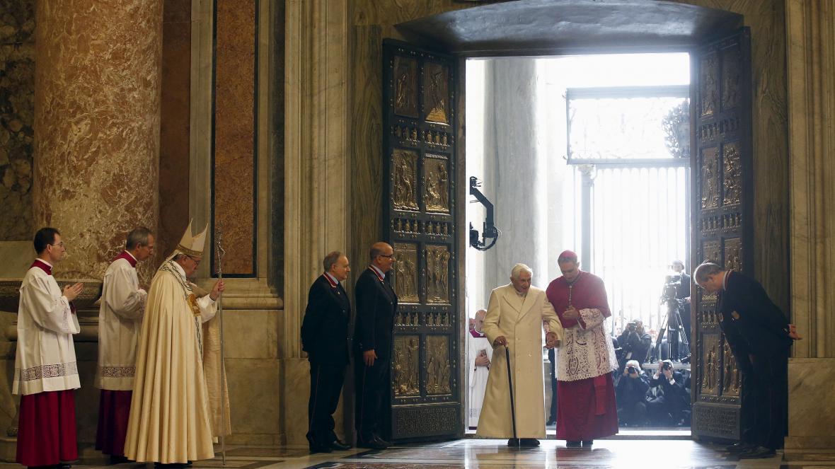 Emeritní papež Benedikt XVI. prochází Svatou bránou