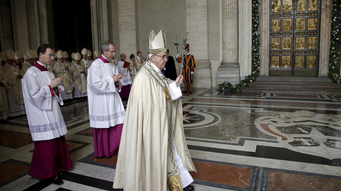 Papež přichází ke Svaté bráně, aby ji otevřel