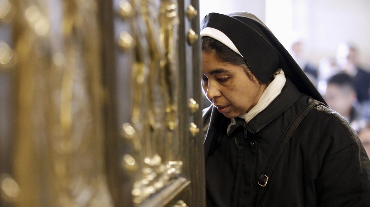 Věřící u Svaté brány