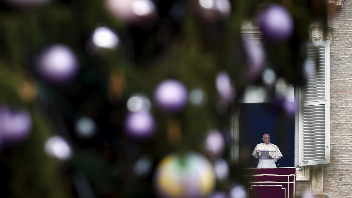 Papež František vede modlitbu na svatopetrském náměstí