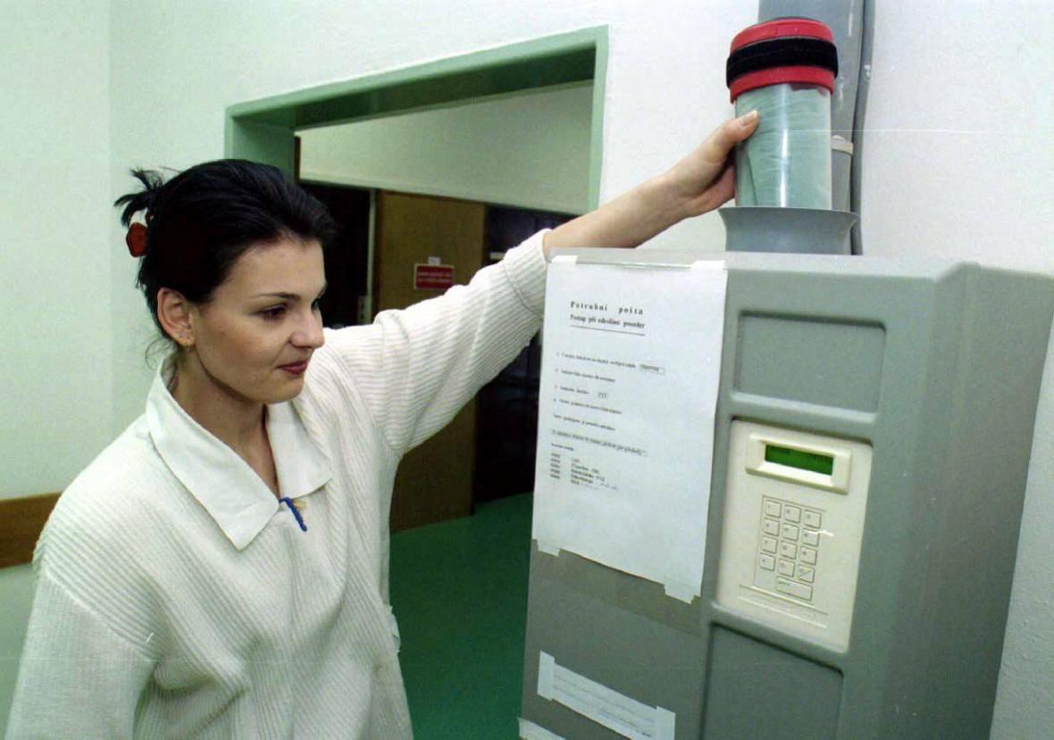 Baťova nemocnice ve Zlíně obnovila potrubní poštu už v roce 1999