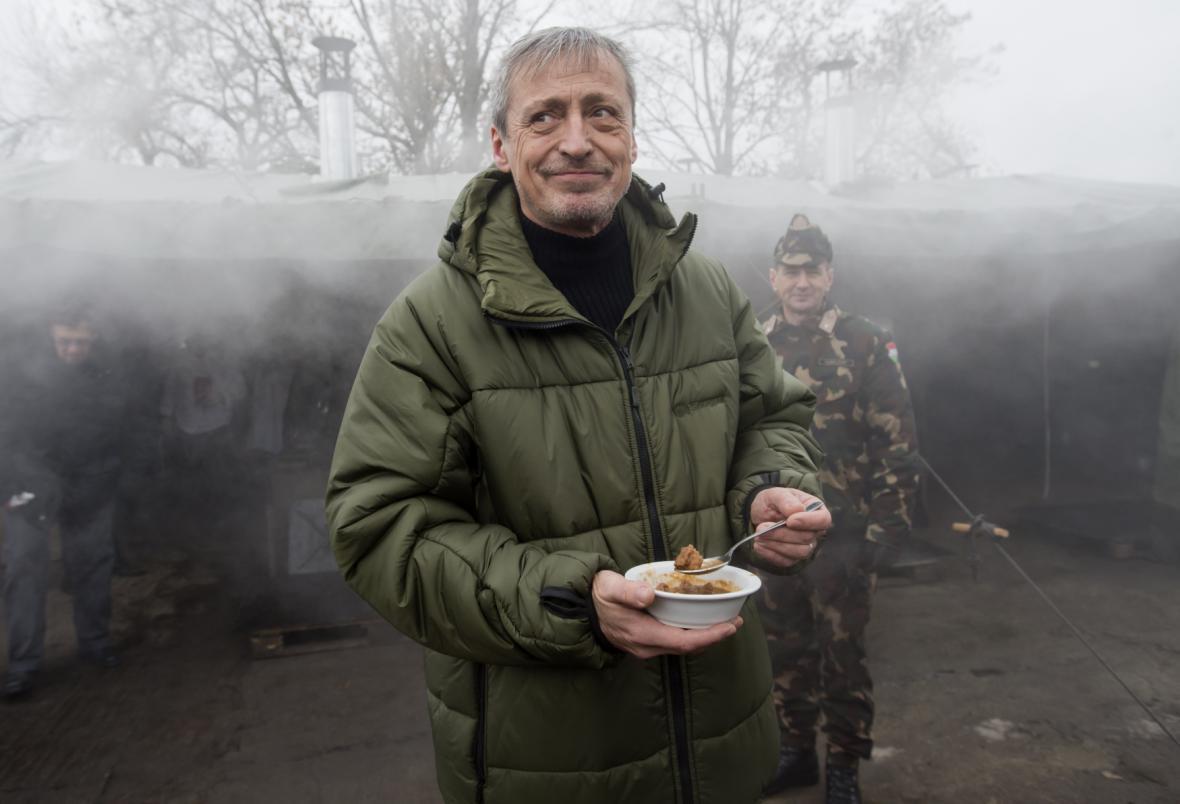 Martin Stropnický na základně Hódmezövásárhely v Maďarsku ochutnává guláš z české polní kuchyně