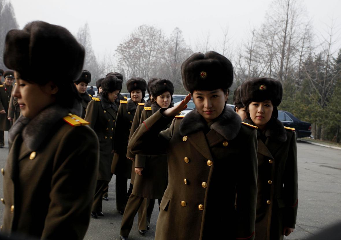 Členky kapely Moranbong při odjezdu z Pchjongjangu do Pekingu