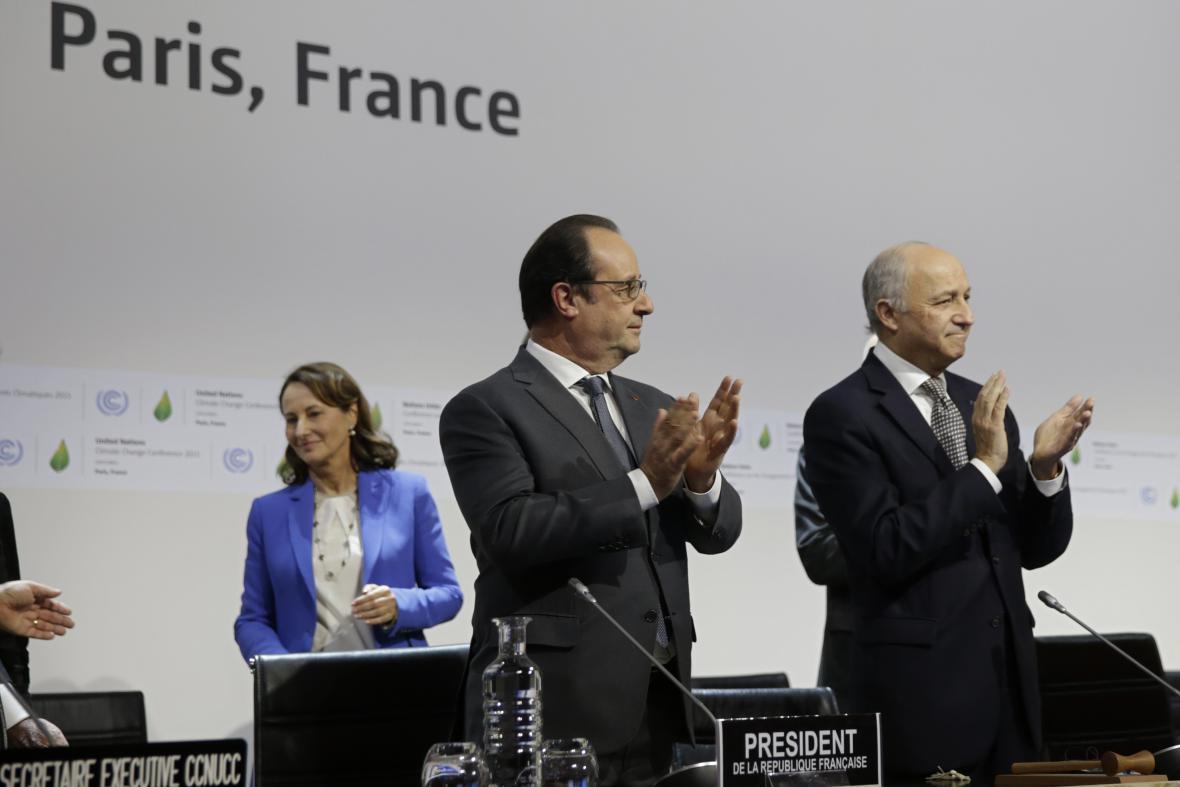 Francois Hollande a Laurent Fabius při prezentaci pařížské dohody o klimatu