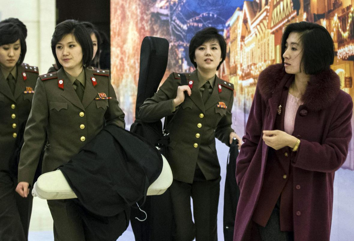 Členky skupiny Moranbong po příjezdu do Pekingu